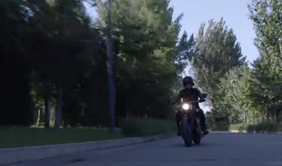 《精英律师》罗槟骑是什么牌子摩托车?
